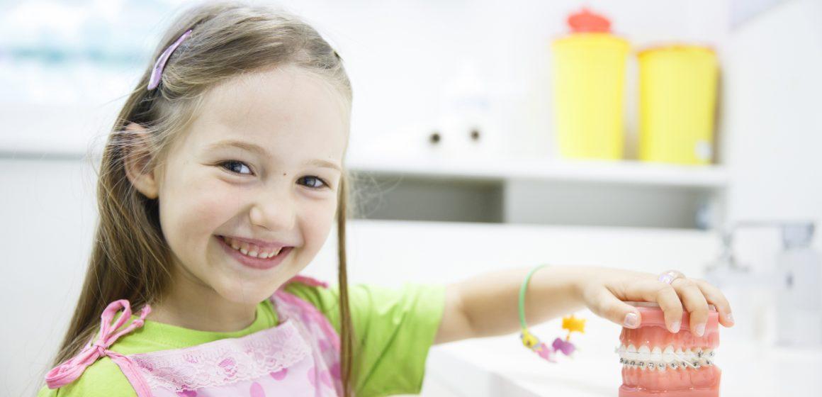 Los odontopediatras recomiendan la primera visita al dentista al cumplir el año