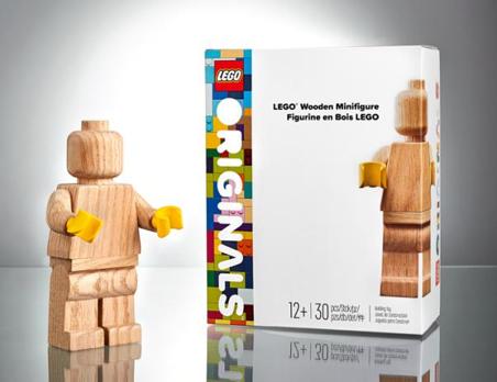 LEGO® HOMENAJEA SU HISTORIA LANZANDO LA SERIE ESPECIAL LEGO ORIGINALS™, CON UNA MINIFIGURA TALLADA EN MADERA